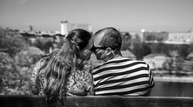 Kuss auf die Stirn: Die besondere Bedeutung des Stirnkusses